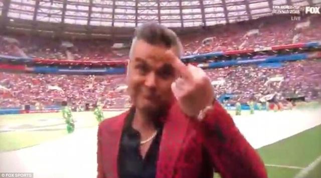 Màn diễn của anh sẽ hoàn toàn ổn nếu ca sỹ 44 tuổi không bất ngờ giơ ngón tay thối khi đang biểu diễn