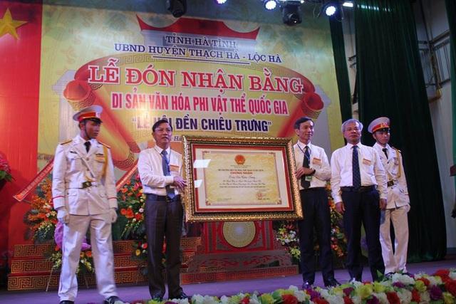 Lãnh đạo tỉnh Hà Tĩnh trao Bằng chứng nhận di sản văn hóa phi vật thể quốc gia Lễ hội đền Chiêu Trưng cho lãnh đạo huyện Thạch Hà, Lộc Hà