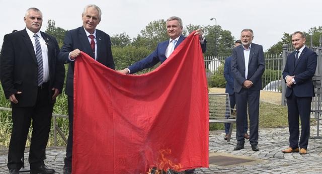 Tổng thống Cộng hòa Séc Milos Zeman (thứ 2 từ trái sang) đốt một chiếc quần đùi trước sự chứng kiến của báo chí. (Ảnh: AFP)