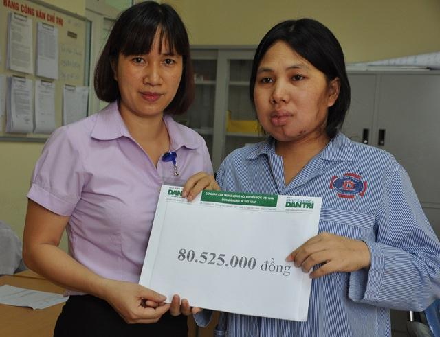 Cán bộ phòng CTXH bệnh viện thay mặt trao quà của bạn đọc báo điện tử Dân trí đến tay chị Vân.