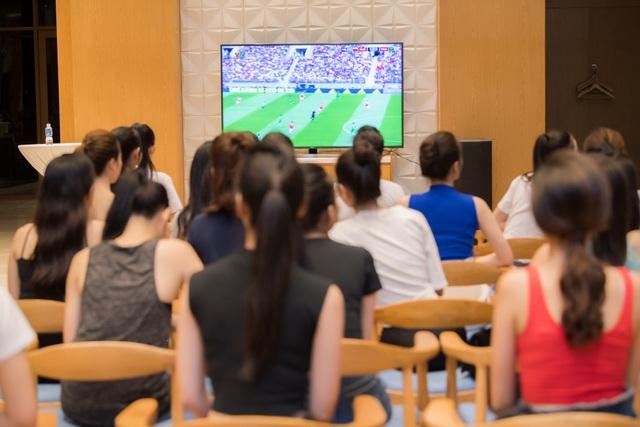 Sau một ngày tập luyện đầy căng thẳng, nhiều người đẹp vẫn hoà mình trong không khí vui nhộn của bóng đá.