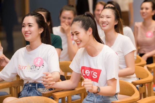 """Thí sinh Hoa hậu Việt Nam 2018 """"siêu"""" gợi cảm cổ vũ World Cup - 5"""