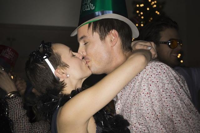 Vợ chết đứng khi thấy chồng say hôn bạn mình trong bữa tiệc - 1