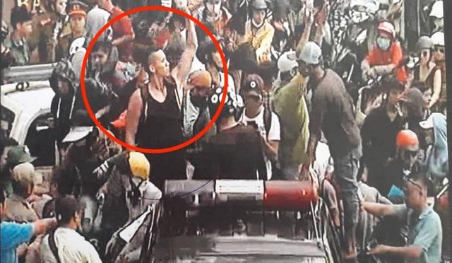 Nguyen Wiliam Anh leo lên cảnh sát để kích động người biểu tình