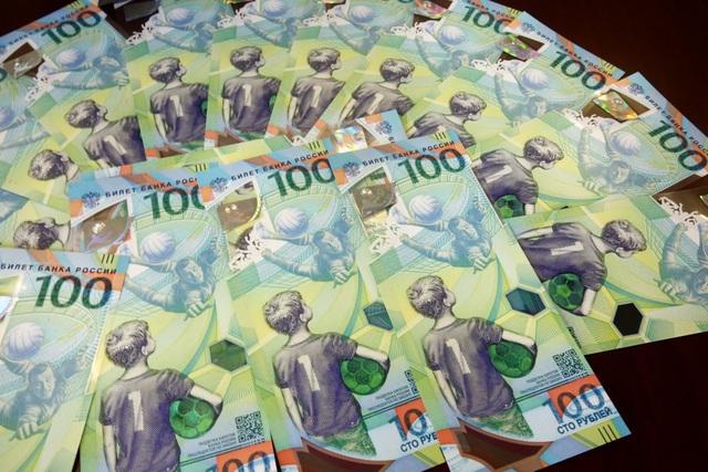 Đồng tiền 100 rúp có giá trị tương đương khoảng 37.000 đồng.