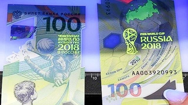 Để chống tiền giả, tờ tiền sẽ hiện ra chữ và biểu tượng FIFA World Cup Russia 2018 khi soi đèn cực tím.