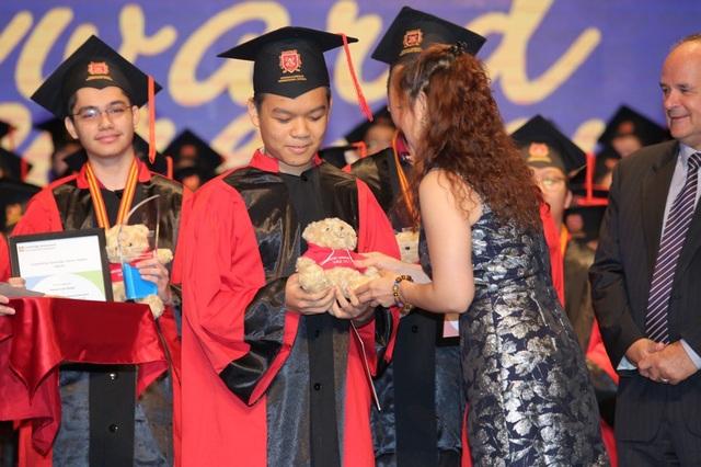 Nam Anh nhận giải thưởng trong kỳ thi Cambridge.