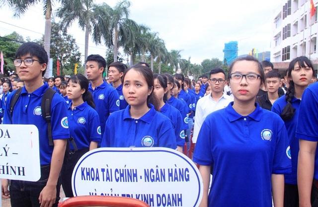 Hơn 1.800 học sinh, sinh viên tham gia lễ mít tinh.