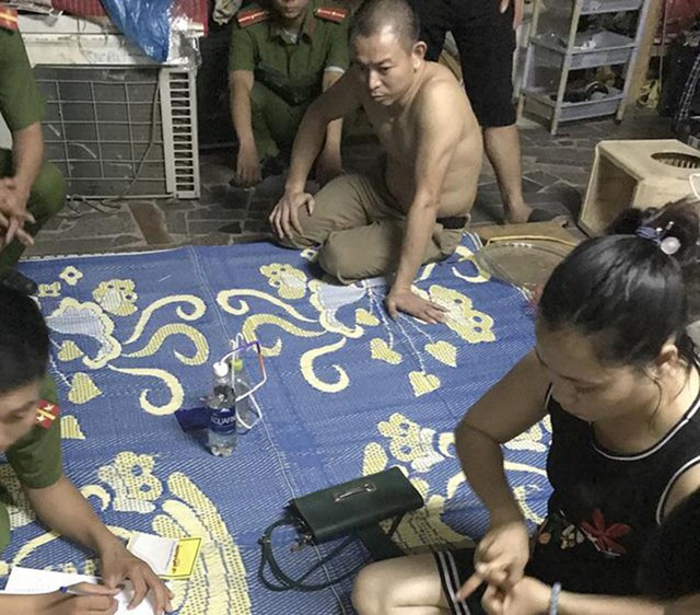 Cặp vợ chồng bị lực lượng chức năng đột kích bắt giữ tại nhà riêng.