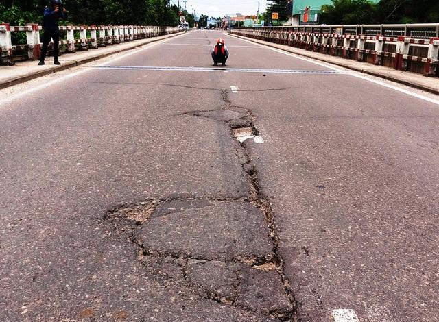 Mặt cầu Châu Thành cũ trên QL 1 qua tỉnh Bình Định hư hỏng nhưng đang gặp trở ngại về việc sửa chữa do các đơn vị liên quan chưa tìm được tiếng nói chung.