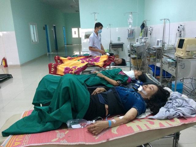 Các bệnh nhân đang được cấp cứu tại bệnh viện đa khoa tỉnh Kon Tum
