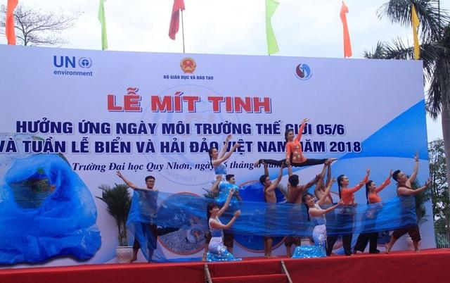Tiết mục văn nghệ về bảo vệ môi trường biển do các sinh viên Trường ĐH Quy Nhơn biểu diễn.