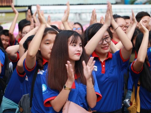 Những nữ sinh hào hứng tham gia một hoạt động có nhiều ý nghĩa (ảnh Hồng Long)