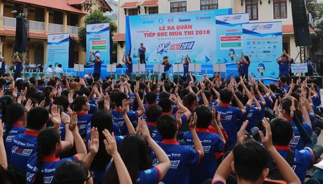 Buổi lễ có sự tham dự của 2000 sinh viên tham dự đại diện cho 20.000 sinh viên tình nguyện sẽ tham gia tiếp sức mùa thi năm nay (ảnh Hồng Long)
