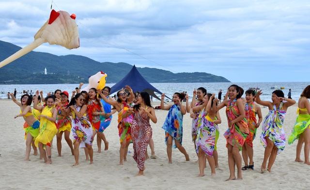 Flashmob bikini sôi động trên bãi biển Đà Nẵng - 3