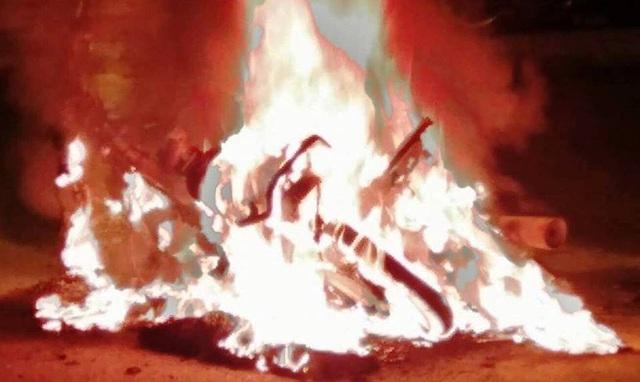 Hai chiếc xe bị đốt cháy rụi sau trận hòa giữa 2 đội bóng Bồ Đào Nha và Tây Ban Nha.