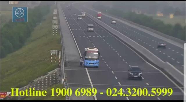 Xe khách bắt khách dọc đường trên cao tốc (ảnh cắt từ clip)