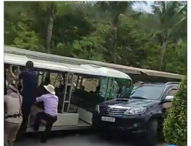 Các nhân viên và bảo vệ, lái xe khu du lịch Bà Nà đang giúp đỡ du khách sau sự cố.