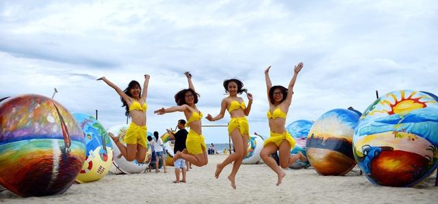 Các bạn trẻ tham gia màn trình diễn flashmob bikini trên bãi biển Đà Nẵng chiều 16/6