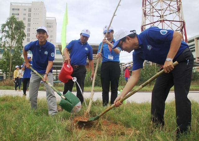 Giảng viên và sinh viên trồng cây xanh hưởng ứng Ngày Môi trường Thế giới.