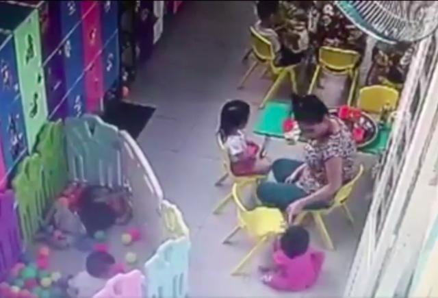 Hình ảnh cô giáo tát trẻ ngã cắt từ clip tại nhóm trẻ Ánh Sao, Hóc Môn, TPHCM
