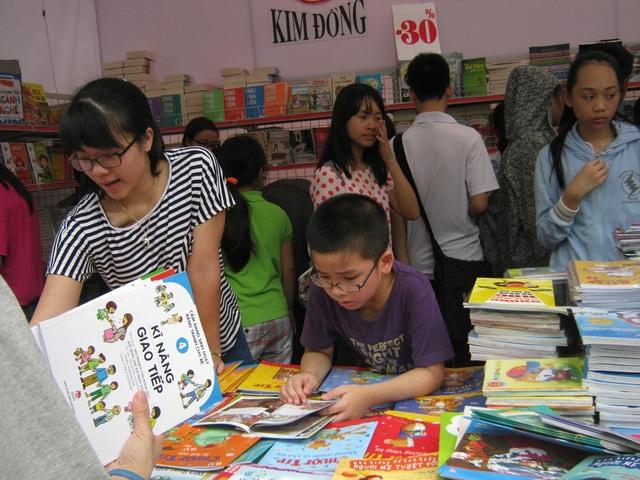 Kiên trì từng chút một, chúng ta sẽ vun xới tình yêu sách trong con trẻ lớn dần lên. (Ảnh minh họa: Nguyên Chi)