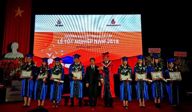 Các sinh viên xuất sắc trường Đại học Yersin Đà Lạt nhận bằng khen và những tấm thư tuyển dụng.