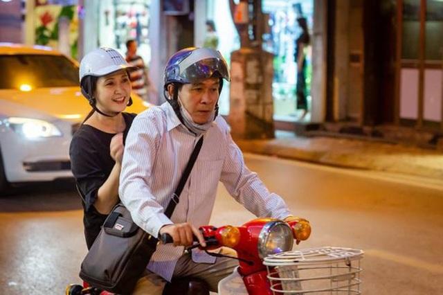 Vợ chồng nghệ sĩ Lan Hương - Đỗ Kỷ chở nhau trên con xe Cub dạo phố Hà Nội được chia sẻ nhiều trên mạng xã hội tuần qua. Nhiều khán giả bày tỏ sự ngưỡng mộ vì hạnh phúc giản dị của hai người sau nhiều thập kỷ.