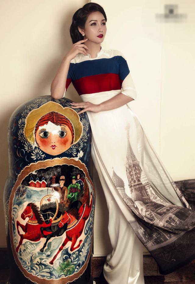 Diễn viên Mai Thu Huyền diện chiếc áo dài quốc kỳ nước Nga.