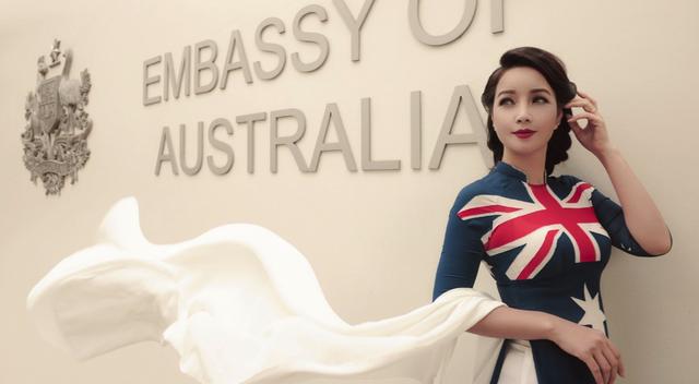 Mai Thu Huyền với áo dài hoạ tiết quốc kỳ Australia...