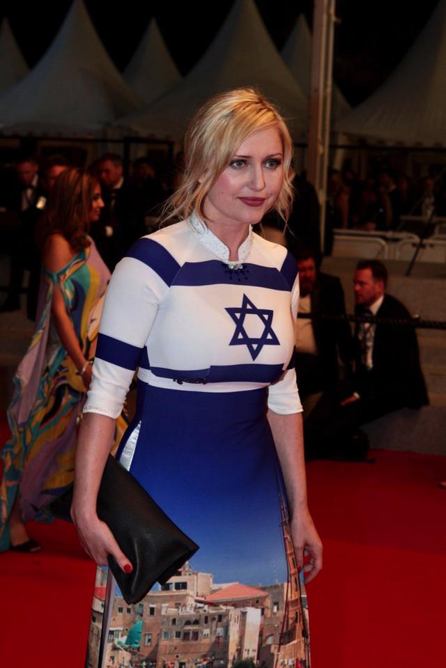 """BST Áo dài """"Thế giới như tôi thấy"""" đã từng được được trình diễn tại LHP Cannes và nhận được nhiều phản hồi tích cực. Đặc biệt, hình ảnh nữ diễn viên gốc Ba Lan Monika Ekiert mặc áo dài trên thảm đỏ gây chú ý."""