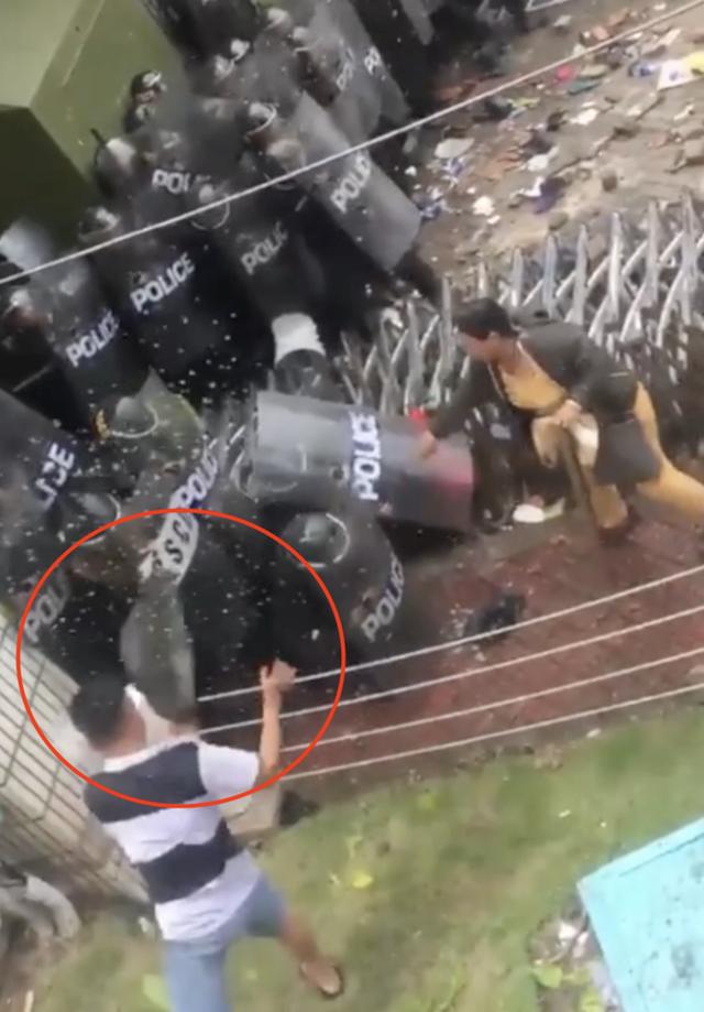 Võ Văn Trụ ôm tảng đá ném vào cảnh sát cơ động