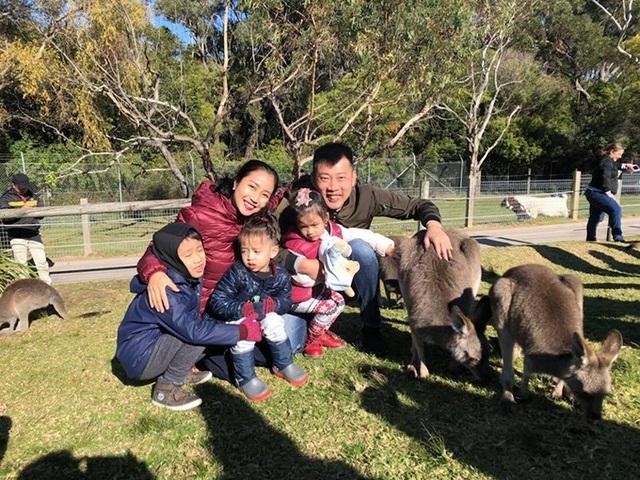 Ốc Thanh Vân đưa các con đến công viên ở Australia, chơi với các loài động vật như kangaroo, kaola... trong chuyến du lịch của cả gia đình khi các con nghỉ hè.