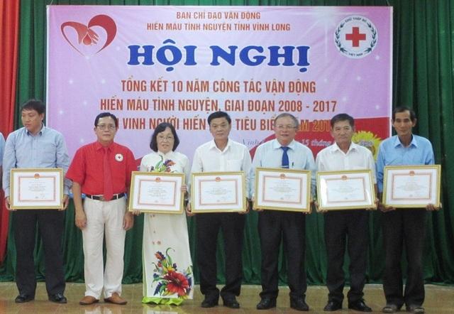 Các cá nhân có thành tích trong công tác vận động hiến máu tình nguyện được tặng bằng khen
