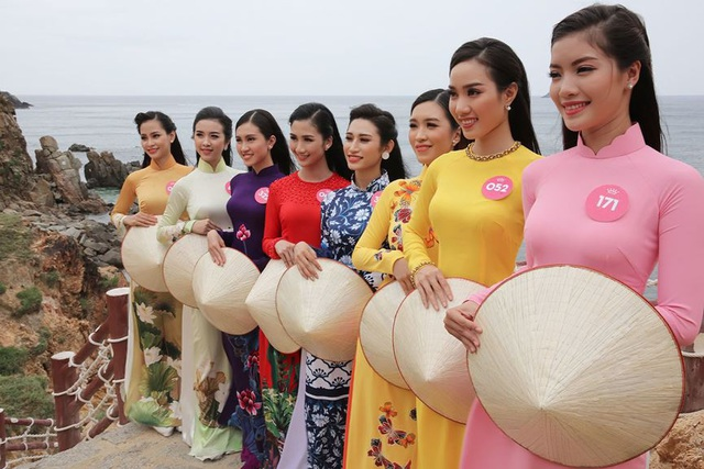 30 thí sinh hoa hậu phía Nam làm sáng bừng Eo Gió với áo dài rực rỡ  Hoa Hậu - 1