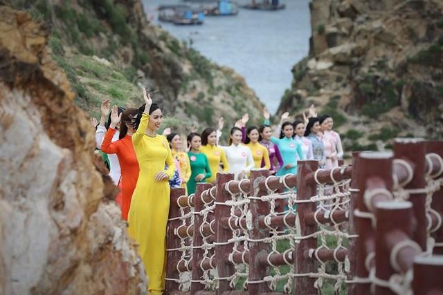 30 thí sinh hoa hậu phía Nam làm sáng bừng Eo Gió với áo dài rực rỡ  Hoa Hậu - 2