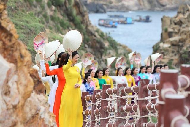30 thí sinh hoa hậu phía Nam làm sáng bừng Eo Gió với áo dài rực rỡ  Hoa Hậu - 3