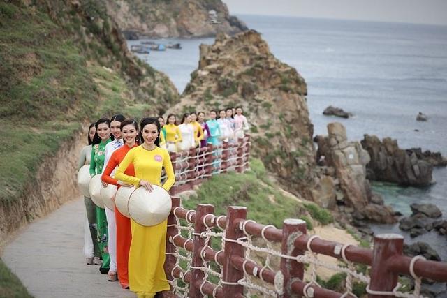30 thí sinh hoa hậu phía Nam làm sáng bừng Eo Gió với áo dài rực rỡ  Hoa Hậu - 4