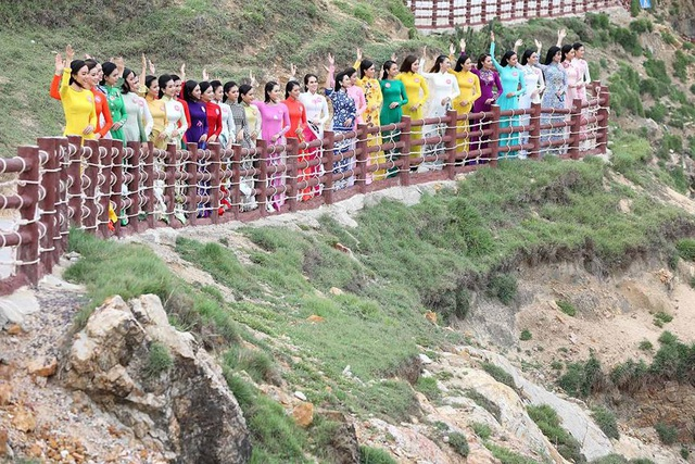 30 thí sinh hoa hậu phía Nam làm sáng bừng Eo Gió với áo dài rực rỡ  Hoa Hậu - 5