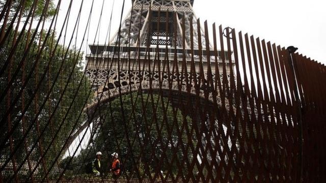 Hàng rào thép xây quanh công trình nổi tiếng (Ảnh: Reuters)