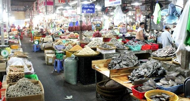 """Các khu bán thực phẩm khô tại các chợ ở TPHCM đã sẵn sàng cho """"mùa"""" World Cup."""