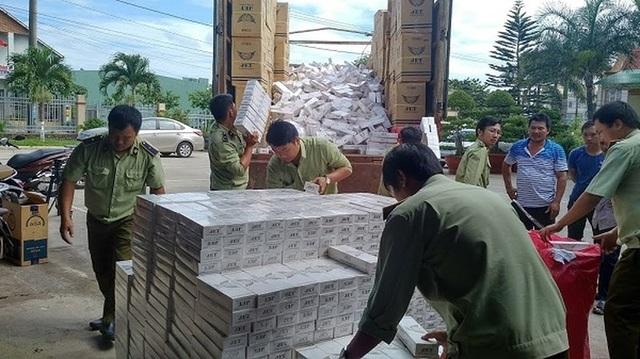 Lực lượng chức năng thu giữ và tiêu huỷ hàng trăm ngàn cây thuốc lá lậu.