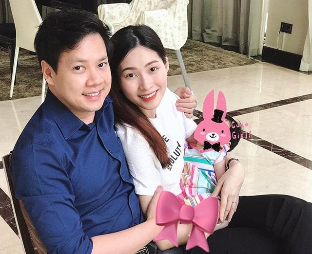 Hoa hậu Đặng Thu Thảo đăng ảnh cả nhà hạnh phúc để chúc mừng sinh nhật ông xã Tín Nguyễn, tuy nhiên, hai vợ chồng vẫn giấu mặt em bé. Con đầu lòng của hoa hậu Đặng Thu Thảo ở nhà được gọi là Sophie, nay bé đã được 2 tháng 20 ngày tuổi.