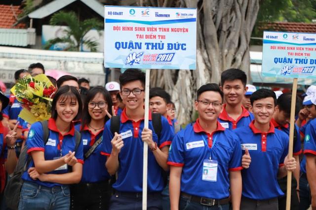 Ngay sau lễ ra quân, các đội hình sinh viên tình nguyện sẽ có mặt tại các điểm thi đễ sẵn sàng hỗ trợ thí sinh (ảnh Mai Phương)