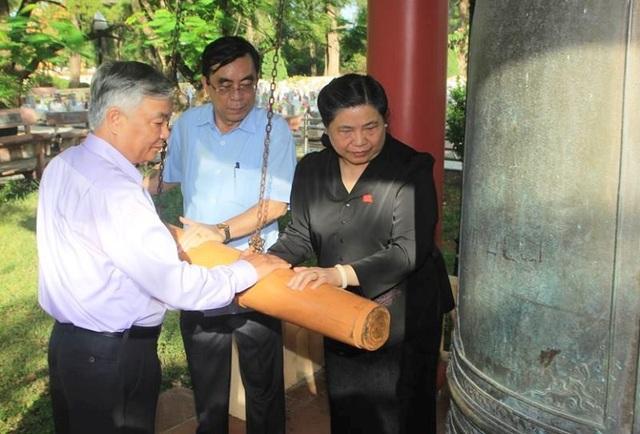 Phó Chủ tịch thường trực Quốc hội Tòng Thị Phóng và lãnh đạo tỉnh Quảng Trị thỉnh chuông tại Nghĩa trang liệt sĩ