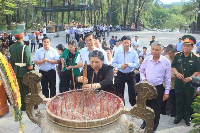 Thành kính dâng hương tri ân liệt sĩ
