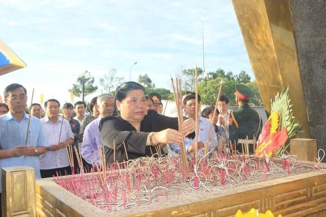 Phó Chủ tịch thường trực Quốc hội dâng hương tri ân các liệt sĩ tại Nghĩa trang liệt sĩ quốc gia đường 9
