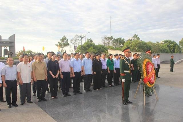 Đoàn công tác của Quốc hội và Phó Chủ tịch Tòng Thị Phóng đặt vòng hoa tri ân các liệt sĩ