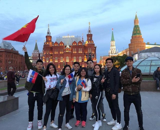 Đồng Minh Phan (phải, ngoài cùng) và nhóm du học sinh Việt tại Nga hòa mình vào trận cầu ngày mở màn World Cup 2018.