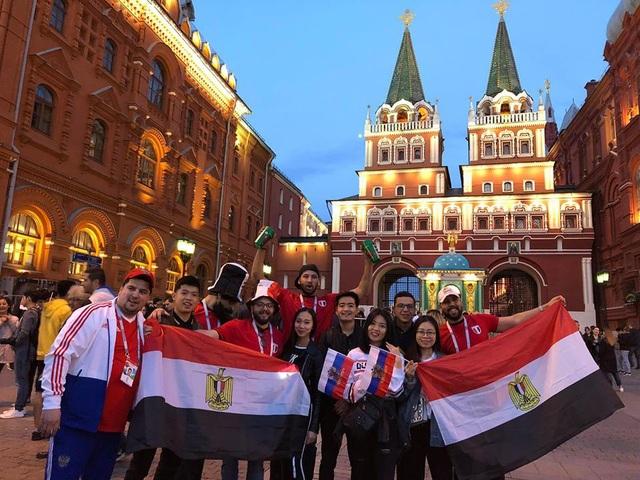 Giương cao lá cờ Nga khi đội tuyển nước nhà có chiến thắng hủy diệt 5-0 trước đối thủ Ả Rập Xê Út.